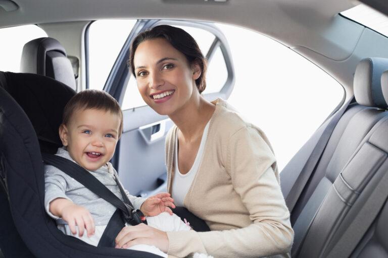 אמא עם ילד על כרית מערכת מניעת שכחת ילדים בררכב