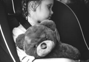 האם מערכת למניעת שכחת ילדים ברכב היא חיונית או מס מיותר?